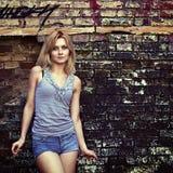 Porträt einer jungen sinnlichen Blondine Stockbild