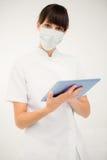 Porträt einer Krankenschwester, die ihre digitale Tablette verwendet Lizenzfreie Stockfotografie