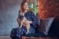 Porträt einer lächelnden attraktiven Frau, die mit einem netten Pug I sitzt Lizenzfreie Stockfotografie