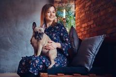 Porträt einer lächelnden attraktiven Frau, die mit einem netten Pug I sitzt Stockfotos