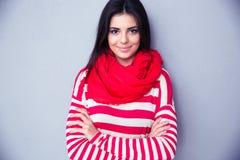 Porträt einer lächelnden Frau über grauem Hintergrund Lizenzfreies Stockbild
