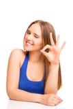 Porträt einer lächelnden Frau, die OKAYzeichen zeigt Lizenzfreie Stockfotografie