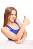Porträt einer lächelnden Frau, die sich Daumen zeigt Lizenzfreie Stockfotos