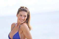 Porträt einer lächelnden Frau durch das Meer Lizenzfreie Stockfotos