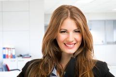 Lächelndes Frauenporträt lizenzfreies stockbild