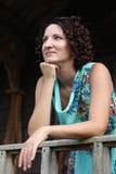 Porträt einer lächelnden jungen Frau mit dem dunklen gelockten kurzen Haar Lizenzfreie Stockfotos