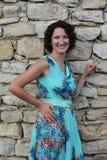 Porträt einer lächelnden jungen Frau mit dem dunklen gelockten kurzen Haar Lizenzfreie Stockbilder