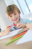 Porträt einer lächelnden Jungenzeichnung Stockbild