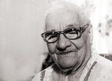 Porträt einer lachenden hundertjährigen Frau stockfoto