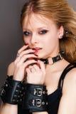 Junge Frau in den Handschellen Stockfotos