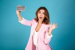 Porträt einer lustigen Frau kleidete in der rosa Klage an Stockfotos
