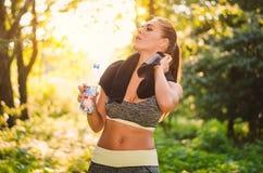 Porträt einer müden Eignungsfrau im Forstbetrieb eine Flasche Stockfotografie
