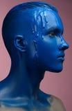 Porträt einer Mann gegossenen blauen Farbe Stockfotografie