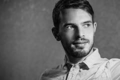 Porträt einer Mannnahaufnahme, Schwarzweiss-Foto stockfotos
