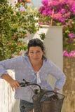 Porträt einer middled Greisin auf ein Dreirad lizenzfreie stockbilder