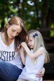 Porträt einer Mutter und der Tochter lizenzfreie stockbilder