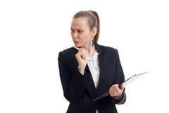 Porträt einer nachdenklichen Geschäftsfrau im schwarzen Anzug mit der Tablette in der Hand Stockbild