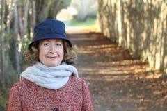 Porträt einer netten alten Frau im Winter mit Kopienraum auf der linken Seite Lizenzfreies Stockfoto