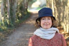 Porträt einer netten alten Frau im Winter mit Kopienraum auf der linken Seite Stockbilder