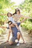 Porträt einer netten Familie im Urlaub stockbilder
