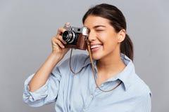 Porträt einer netten Frau, die Foto mit Kamera macht Stockfoto