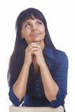 Porträt einer netten freundlichen ruhigen Brunette-Frau, die oben schaut Stockbild