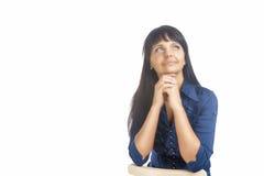 Porträt einer netten freundlichen ruhigen Brunette-Frau, die oben schaut Lizenzfreies Stockfoto
