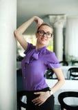 Porträt einer netten jungen Geschäftsfrau lizenzfreie stockfotografie