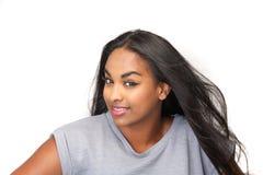 Porträt einer netten jungen schwarzen Frau lizenzfreie stockfotografie