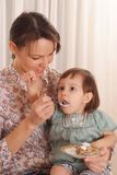 Porträt einer netten Mutter und der Tochter lizenzfreies stockbild