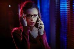 Porträt einer neugierigen Frau, die am Telefon spricht lizenzfreies stockbild