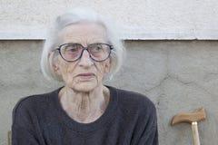 Porträt einer neunzig alten Großmutter der Jahre mit Spazierstock outdoo Lizenzfreies Stockfoto