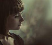 Porträt einer nostalgischen Brunettedame stockfotos