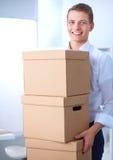 Porträt einer Person mit beweglichem Kasten und anderem Material auf Weiß Lizenzfreies Stockbild