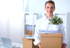 Porträt einer Person mit beweglichem Kasten und anderem Material auf Weiß Stockfotos
