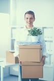 Porträt einer Person mit beweglichem Kasten und anderem Material auf Weiß Stockbilder