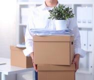 Porträt einer Person mit beweglichem Kasten und anderen dem Material lokalisiert auf Weiß Lizenzfreie Stockbilder