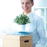 Porträt einer Person mit beweglichem Kasten und anderen dem Material lokalisiert auf Weiß Lizenzfreie Stockfotos