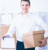 Porträt einer Person mit beweglichem Kasten und anderen dem Material lokalisiert auf Weiß Stockfotografie