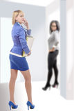 Porträt einer recht blonden Frau mit einem Telefon, ein Kollege a Stockfotos