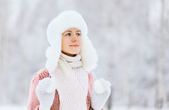 Porträt einer recht jungen Frau draußen im Winter Lizenzfreie Stockfotografie