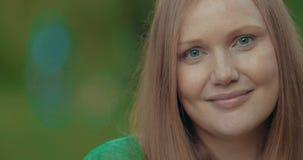 Porträt einer recht jungen Frau mit Sommersprossen stock video footage