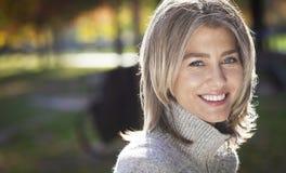 Porträt einer reifen Frau, die an der Kamera lächelt Graue Haare lizenzfreie stockbilder
