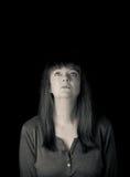 Porträt einer reifen Frau, die oben schaut Betrachten der Kamera Lizenzfreie Stockbilder