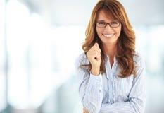 Freundliches Lächeln einer schönen Frau Lizenzfreie Stockfotografie