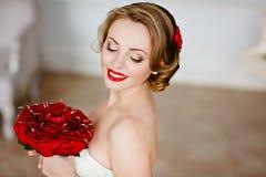 Porträt einer reizend Mädchenblondine mit schönem Lächeln und Rot Lizenzfreie Stockfotos