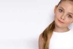 Porträt einer reizenden Tochter des kleinen Mädchens im langen blonden Haar und Weiß kleidet an Stockbilder
