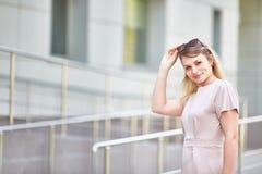 Porträt einer romantischen Frau mit Sonnenbrille stockfotos
