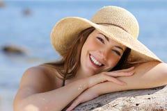 Porträt einer süßen Frau mit einem perfekten weißen Lächeln Lizenzfreie Stockfotografie