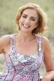 Porträt einer schönen älteren Frau, die draußen lächelt Lizenzfreies Stockbild